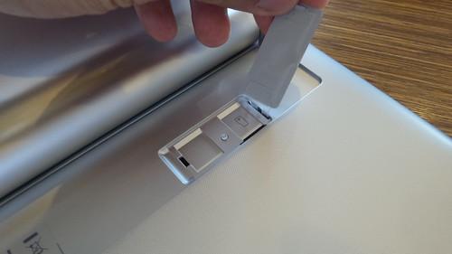 ด้านในของ Kickstand จะมีฝาปิด เปิดออกมาจะเป็นสล็อตใส่ MicroSD card