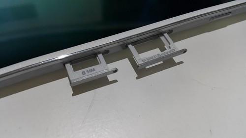 สล็อตใส่ SIM card และ MicroSD card