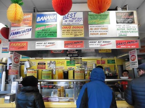 Dónde comer y gastronomía en Nueva York: Hot Dogs en Gray's Papaya.