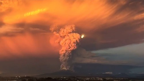 Chile decreta Estado de Excepción Constitucional por erupción de volcán Calbuco