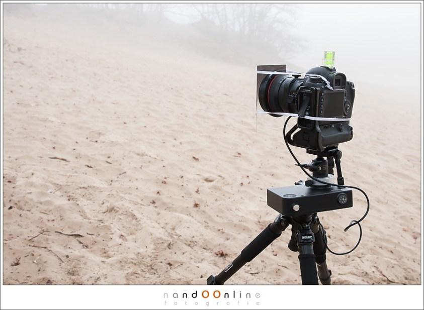 Zonsverduistering en mist. Camera, timer, statief... klaar voor de zonsondergang.