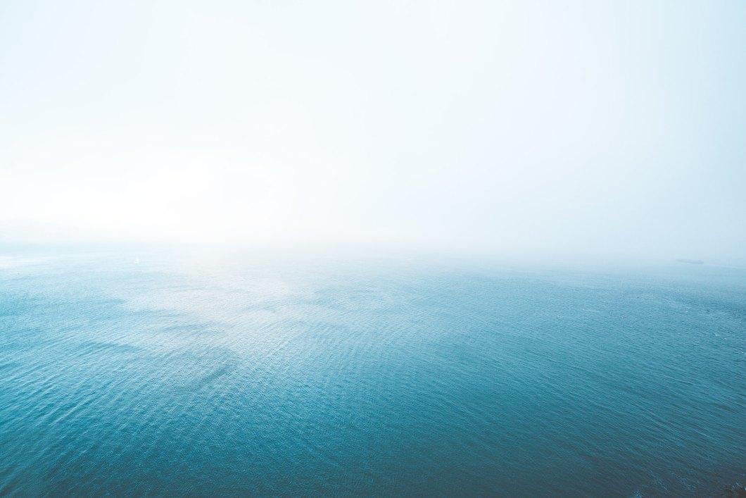 Imagen gratis del oceano cubierto de niebla