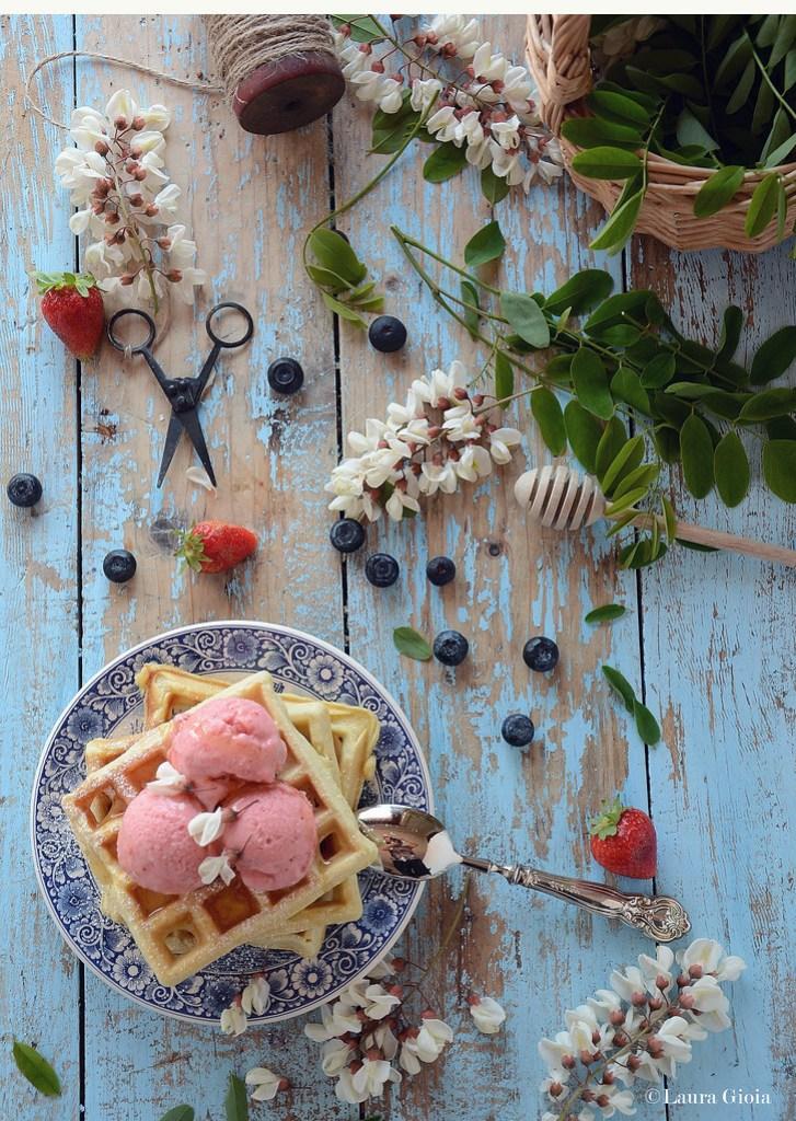 Waffle al latticello con gelato alla fragola, mirtillo e miele d'acacia
