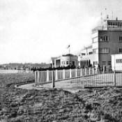 Torre de controlo e gare do aeroporto de Pedras Rubras, em 1945
