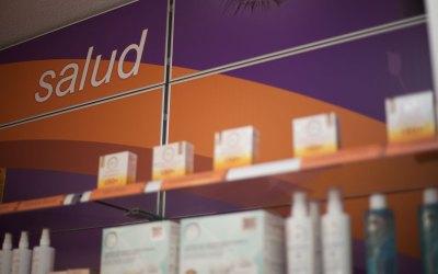 La cosmética no es más cara en la Farmacia y 7 razones más para acudir a tu oficina de farmacia.
