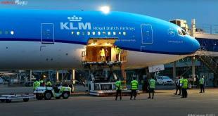 Ketibaan vaksin AstraZeneca di Bandar Udara Soekarno Hatta, Tangerang, Banten, Senin (08/03/2021) sore. (Sumber: Tangkapan Layar Kanal YouTube Sekretariat Presiden)