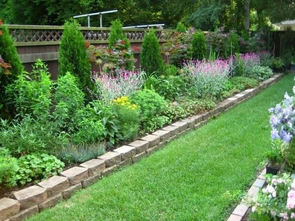 DIY Lawn Edging Ideas For Beautiful Landscaping: NATURAL STONE BORDER