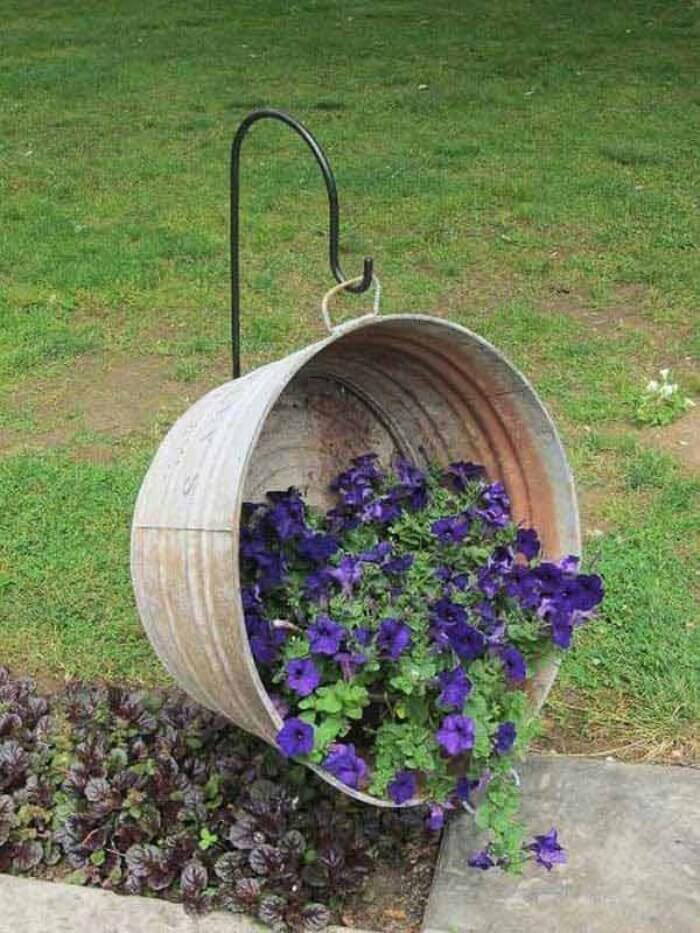 Vintage Garden Decor Ideas: Galvanized Metal Wash Basin Hanging Basket