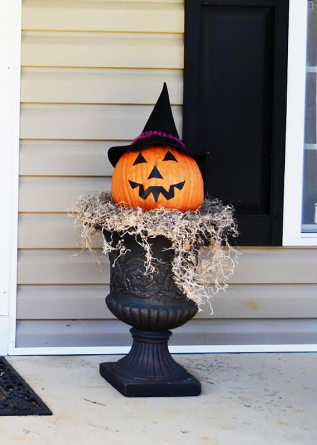 A Simple Halloween Statement | Scary DIY Halloween Porch Decoration Ideas | vintage halloween porch