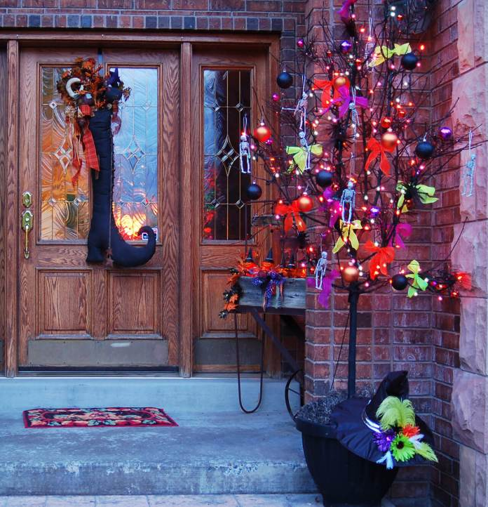A Halloween Tree | Scary DIY Halloween Porch Decoration Ideas | vintage halloween porch