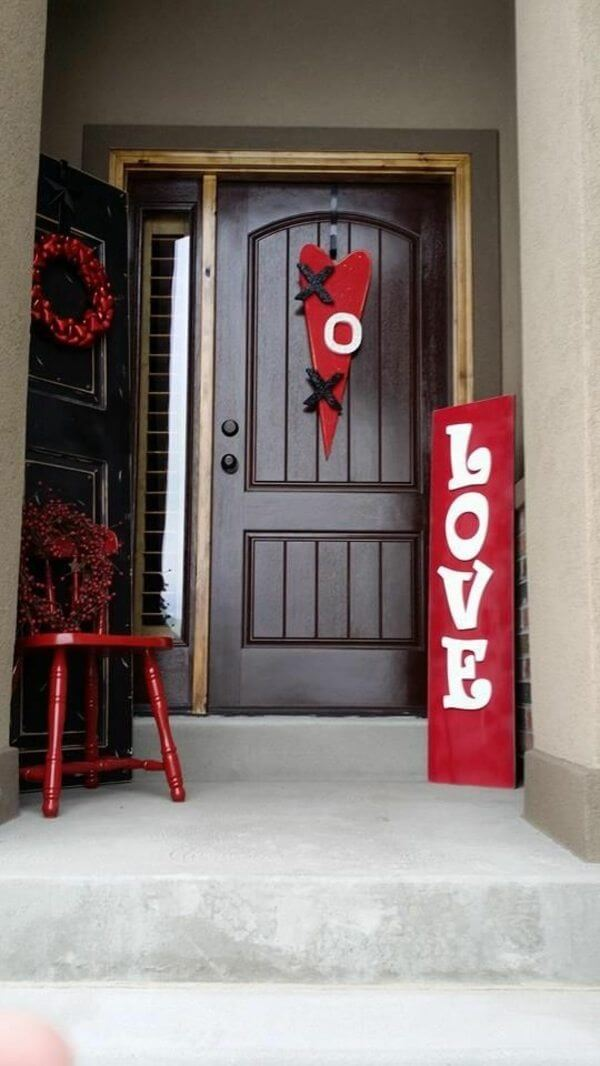 Valentines Day door display | Valentine's Day Decorating Ideas For Your Lovers | FarmFoodFamily.com