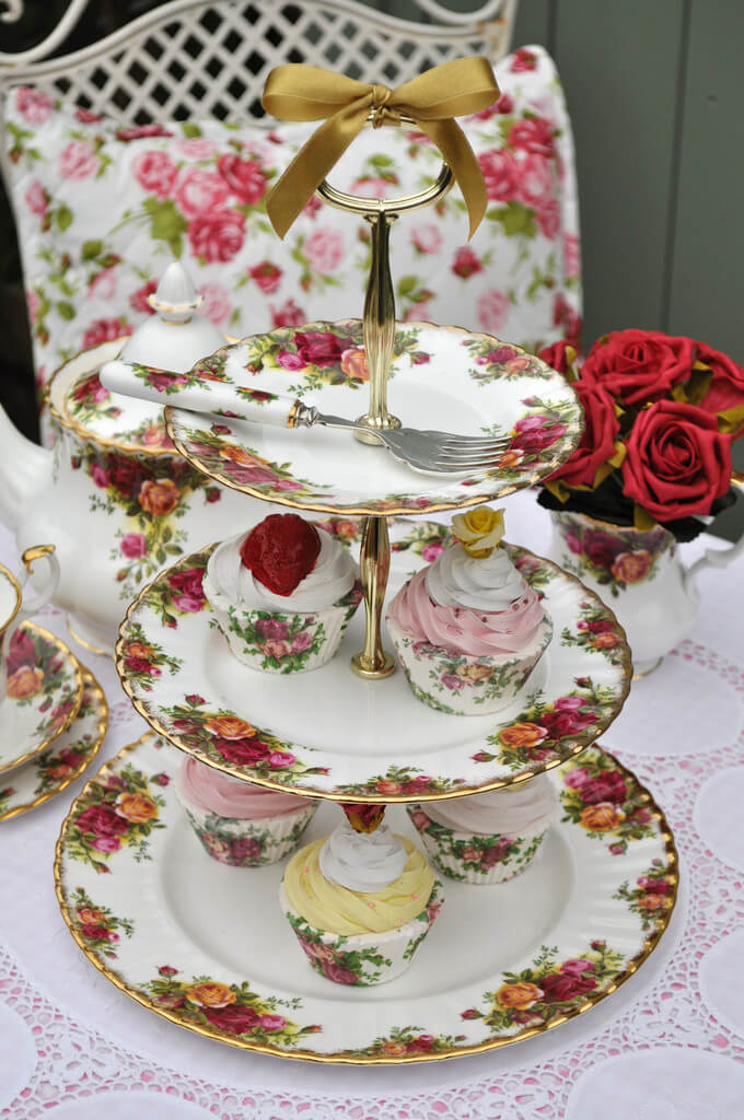 Home Decorating Ideas With Flowers: A vintage Royal Albert Old Country Roses 3 Tier Cake Stand