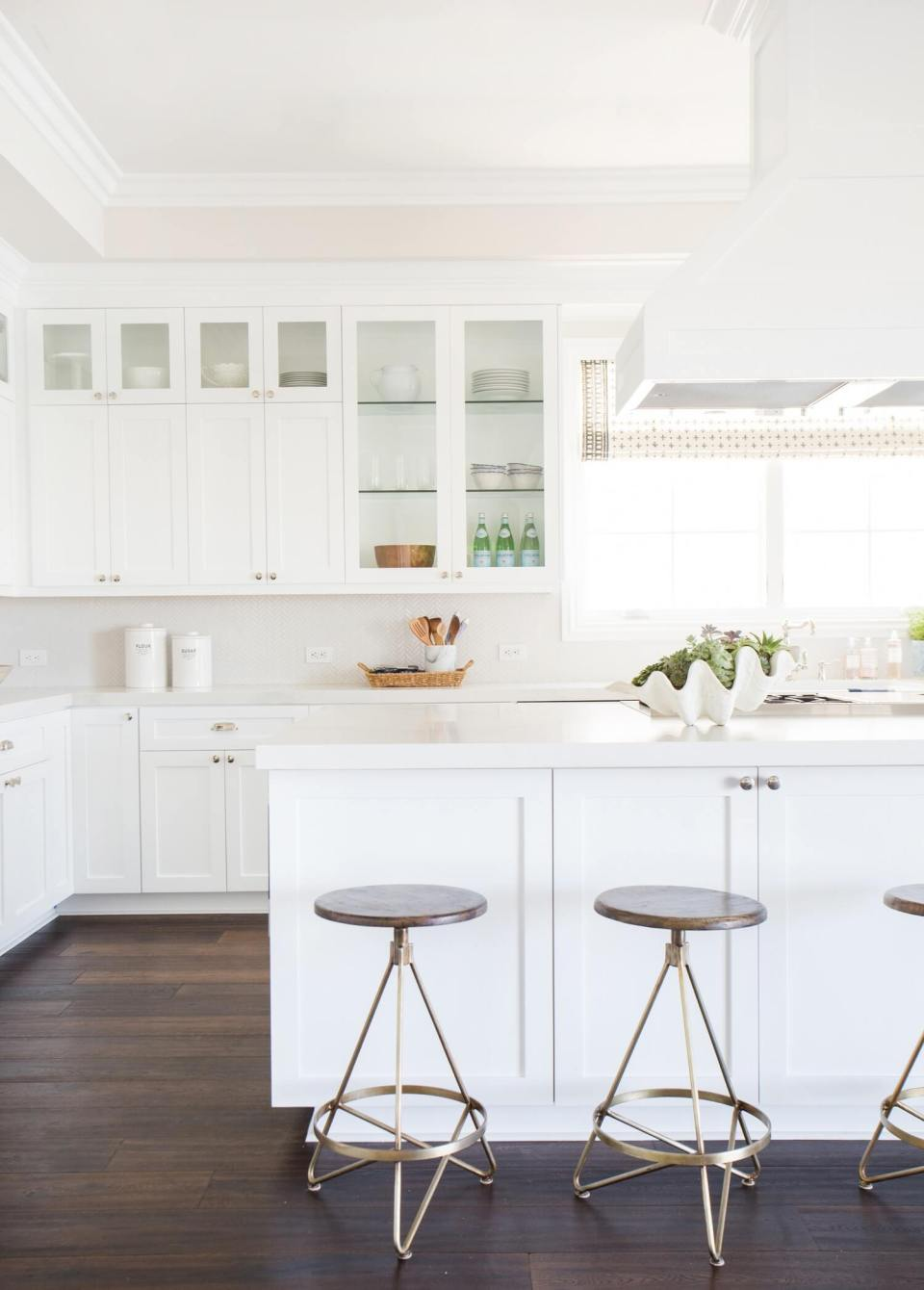 White kitchen with herringbone backsplash | Best White Kitchen Cabinet Decor Ideas