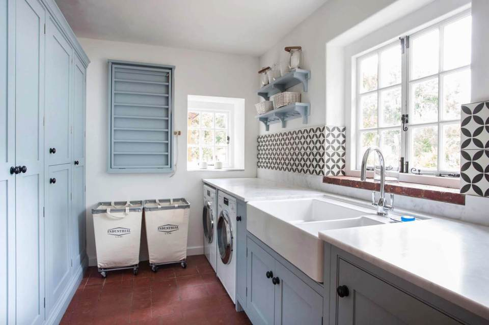 DIY Farmhouse Laundry Room Ideas: White farmhouse kitchen sink