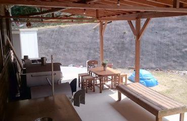 中庭の活動スペース ピザ窯、薪割体験はいかが?