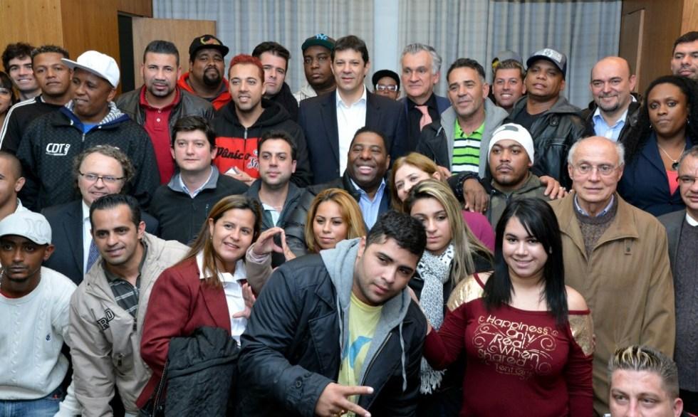 Prefeito Fernando Haddad (de paletó e camisa branca) com funkeiros - Foto: Secom-PMSP