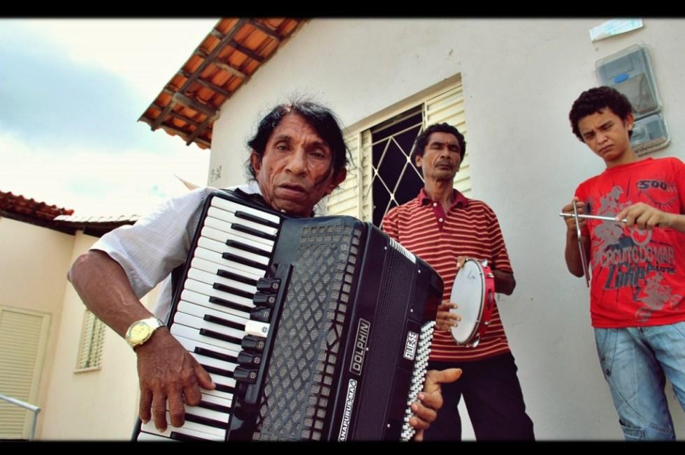 Tonny Cajazeira, com sua sanfona de 80 baixos - Fotos: Dewis Caldas