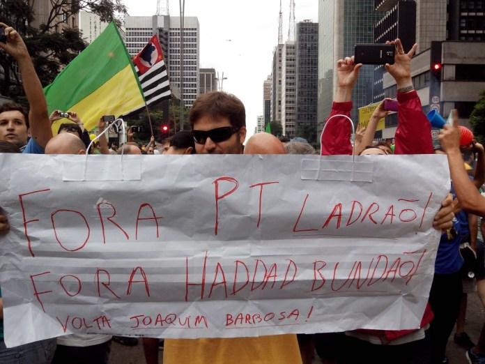 Manifestante segura cartaz contra PT e Haddad - Fotos Eduardo Nunomura
