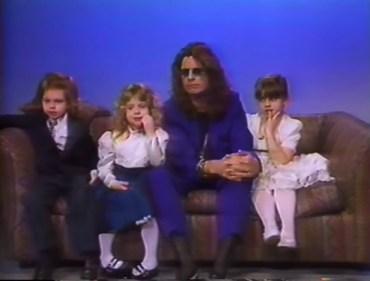 Ozzy, ao lado dos filhos Jack, Kelly e Aimée (à dir.) - Foto: Youtube
