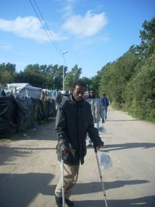 Muitos feridos e muitas muletas em Calais: as tentativas de penetrar o Eurotúnel matam e mutilam