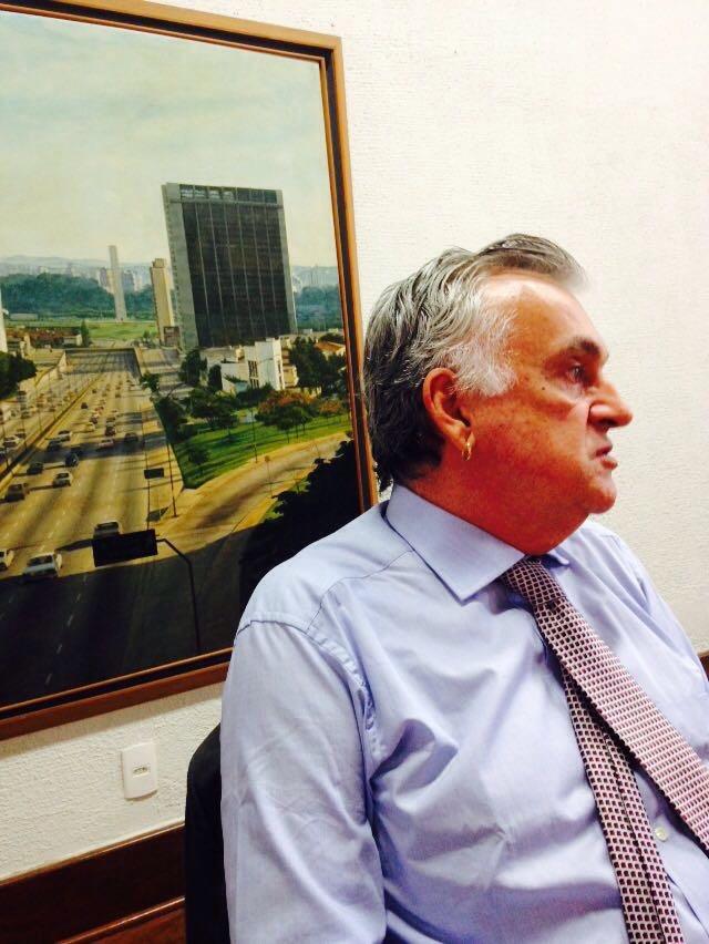 Juca Ferreira fala em frente a uma foto antiga de São Paulo, na sede local da Funarte - foto Jotabê Medeiros