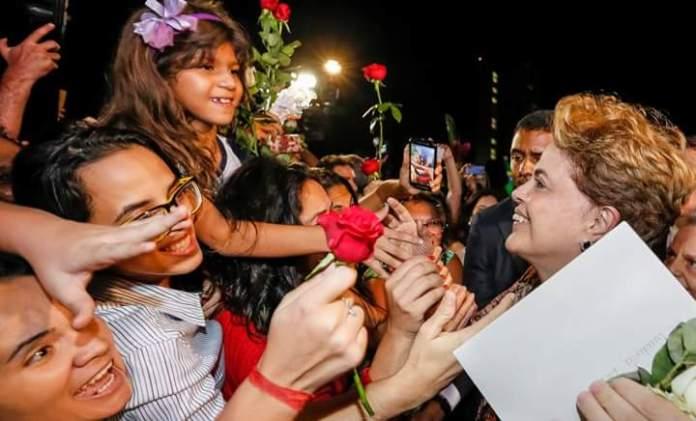 Após a aprovação do golpeachment na Câmara Federal, Dilma Vana recebe amor feminino à entrada do Palácio do Alvorada