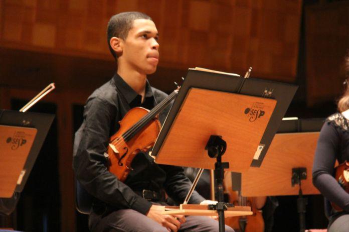 O violinista Nathan Amaral, bolsista da 47ª edição do festival, aprendeu a tocar o instrumento na favela da Mangueira, no Rio