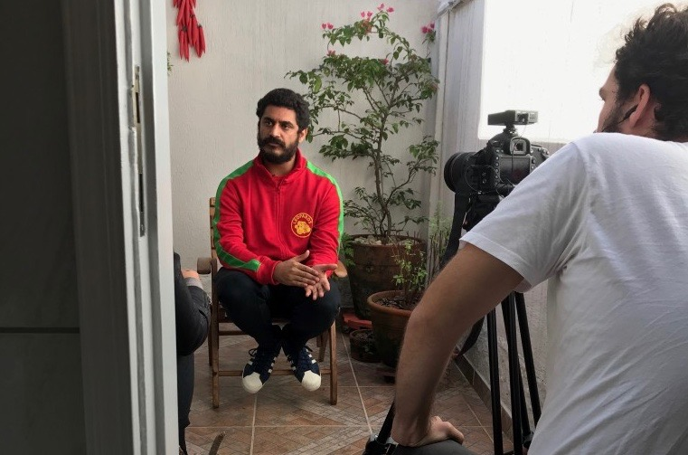 De vermelho, Criolo fala no escritório em Pinheiros, gravado por Filipe Vianna