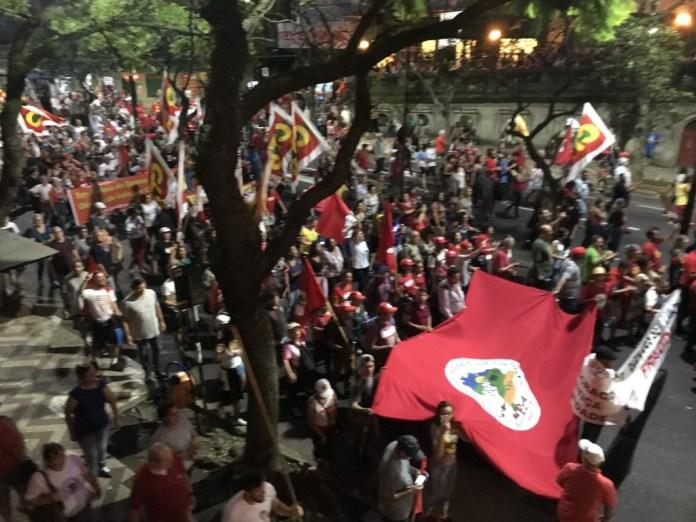 A marcha se espalha feito fumaça por Porto Alegre