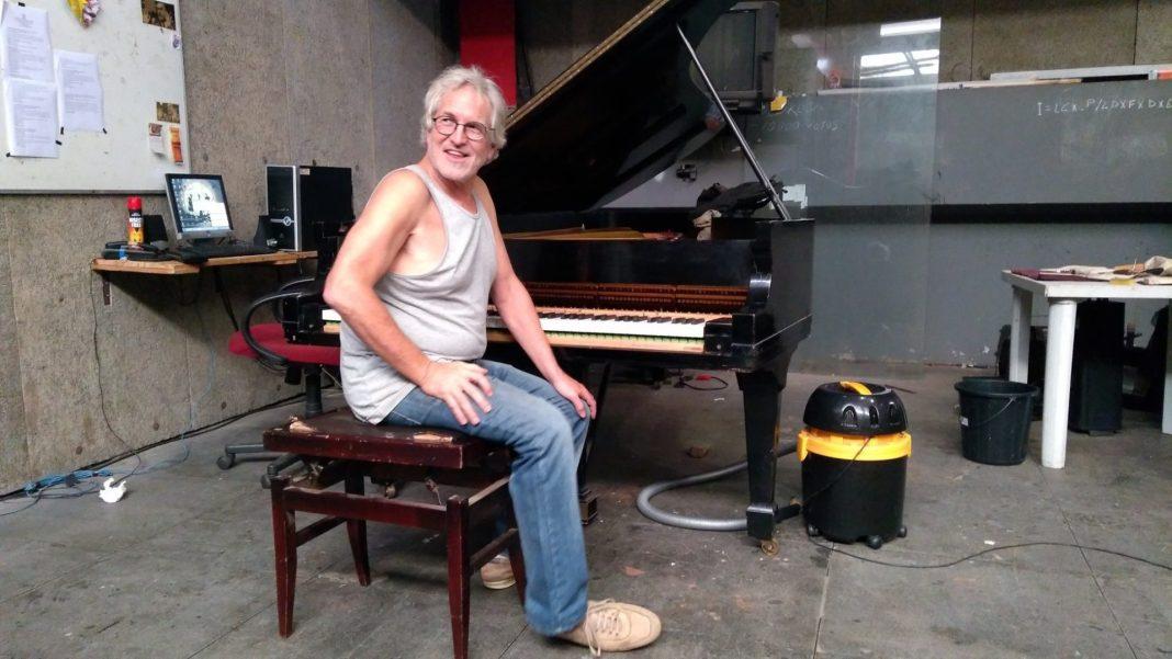 George Boyd comemorou seus 67 anos trabalhando no piano do Teatro Arthur Azevedo. Retrato: Zema Ribeiro