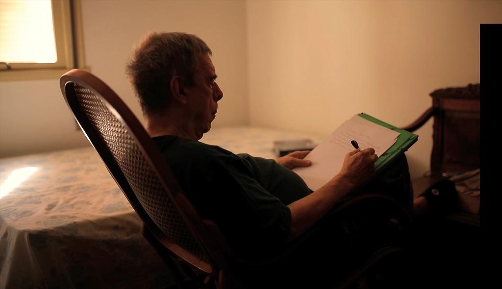 Sérgio Sant'Anna na intimidade da escrita, em seu quarto, no apartamento em Laranjeiras. Foto: divulgação