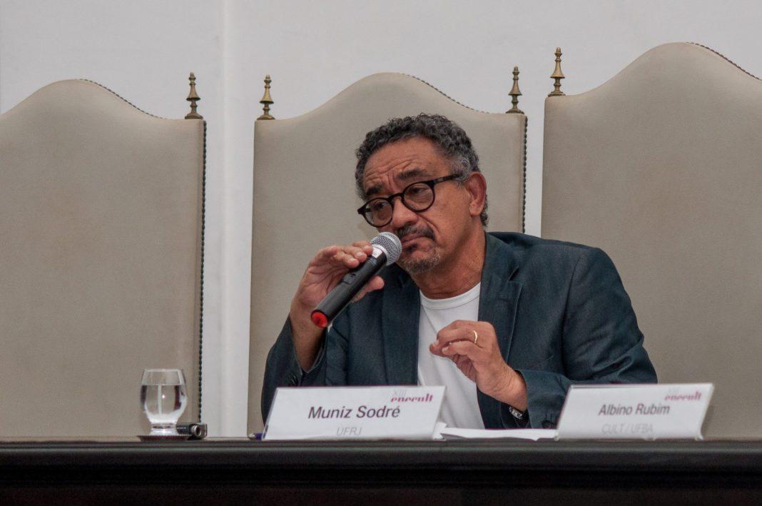 """Muniz Sodré, que lançou """"A Sociedade Incivil"""", durante o XVIII Enecult"""