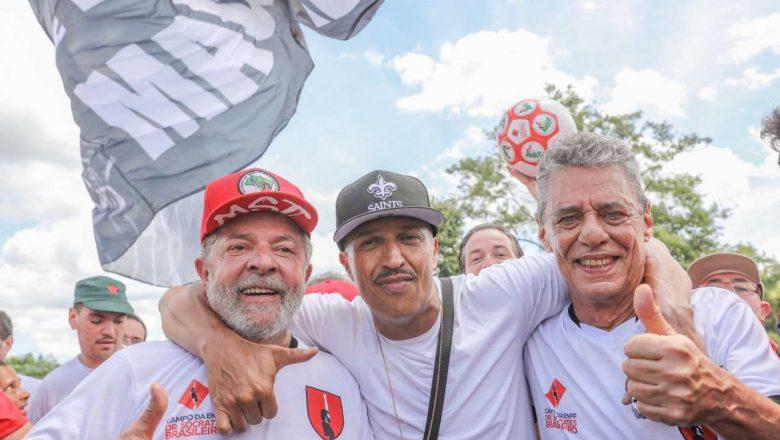 Na foto, Mano Brown, do programa Mano a Mano, ao lado de Lula e Chico Buarque