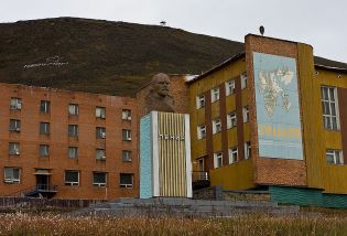 The northernmost Lenin statue in Barentsburg (common.wikimedia.com)