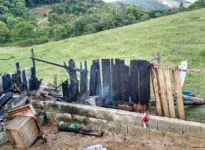 Galinheiro foi destruído pelas chamas (CBM)