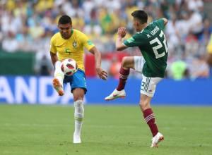 Casemiro disputa bola com jogador mexicano (CBF)