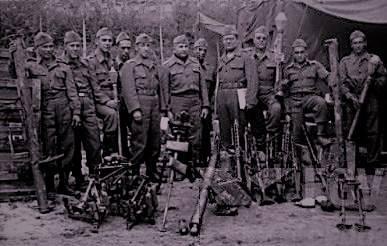 ARMAS CAPTURADAS – Primeiro comandante do 32° Batalhão de Caçadores (atual 23°BI) Tenente Coronel Floriano de Lima Brayner e outros integrantes da FEB com armas capturadas de soldados alemães. Fonte: FGV