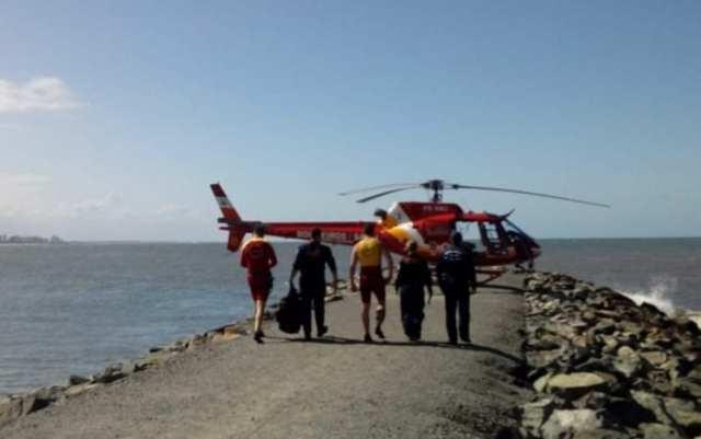 Tripulação do Arcanjo 03 durante resgate em Barra Velha - foto do CBMSC