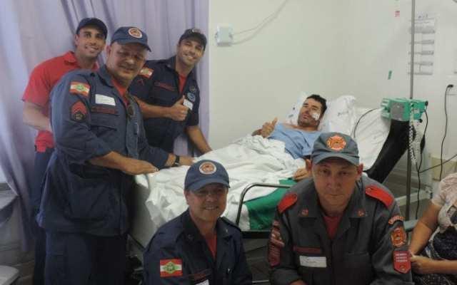 Parte da equipe que participou do resgate com o sobrevivente Ademir José Ferreira - foto do CMBSC