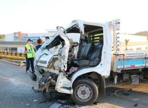 Veículo da vítima ficou com a frente destruída - foto de Jefferson Santos/Notícias Vale do Itajaí
