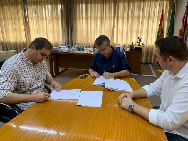 Assinatura de contratos para serviço de manutenção em Blumenau