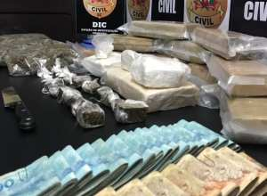 Grande quantia de drogas e dinheiro apreendidos pela Polícia CIvil - foto da PC
