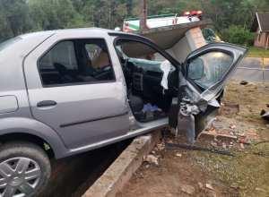 Veículo destruído em acidente que causou óbito nesta quarta-feira - foto de Tatiane Hansen/Jornal de Pomerode