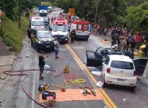 Socorristas durante atendimento as vítimas de acidente na BR-470 em Apiúna