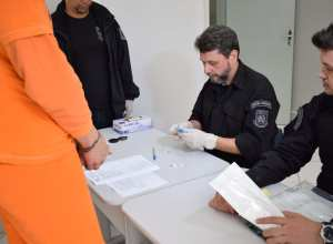 Agentes do DEAP recolhem material genético de detentos para inclusão no Banco de Perfis Genéticos do IGP - foto da Secom