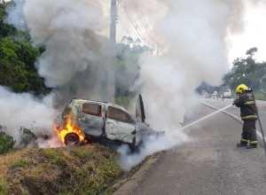 Bombeiro durante combate a incêndio em veículo na Serra da Vila - foto do Corpo de Bombeiros