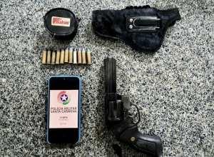 Revólver apreendido durante ocorrência no bairro Passo Manso - foto da Polícia Militar
