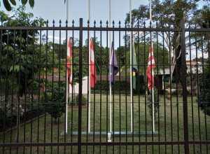 Bandeiras a meio mastro no consulado da Áustria em Blumenau, em homenagem as vitimas do atentado terrorista em Viena.