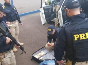 Policiais rodoviários contabilizando dinheiro apreendido
