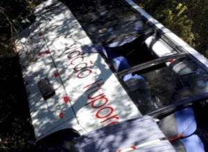 Ônibus tombou em rodovia em Urubici